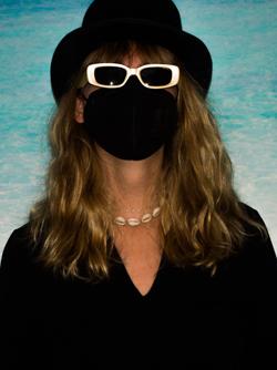 Josi mit Hut, Sonnenbrille und Maske
